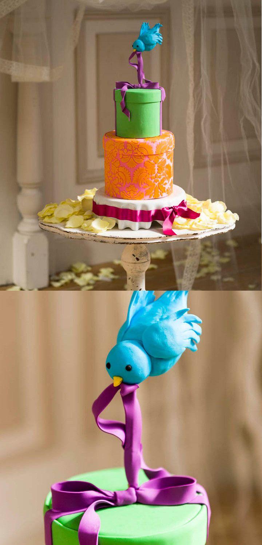 〈アンチグラビティケーキ〉重力に反した細工で個性派ケーキトッパーを!  写真のようにトップに鳥が飛んでいたり、ケーキにミルクを注いでいるコップがミルクごとフリーズしていたりと、驚きの表現をケーキでできるのが魅力♪