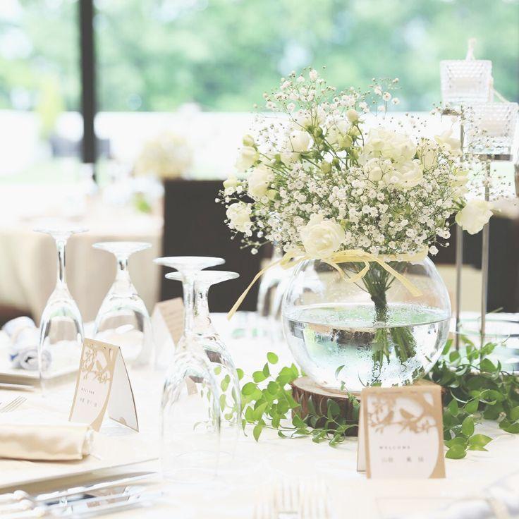 ガラスボールにブーケをそのまま入れたテーブル装花が可愛い | marry[マリー]