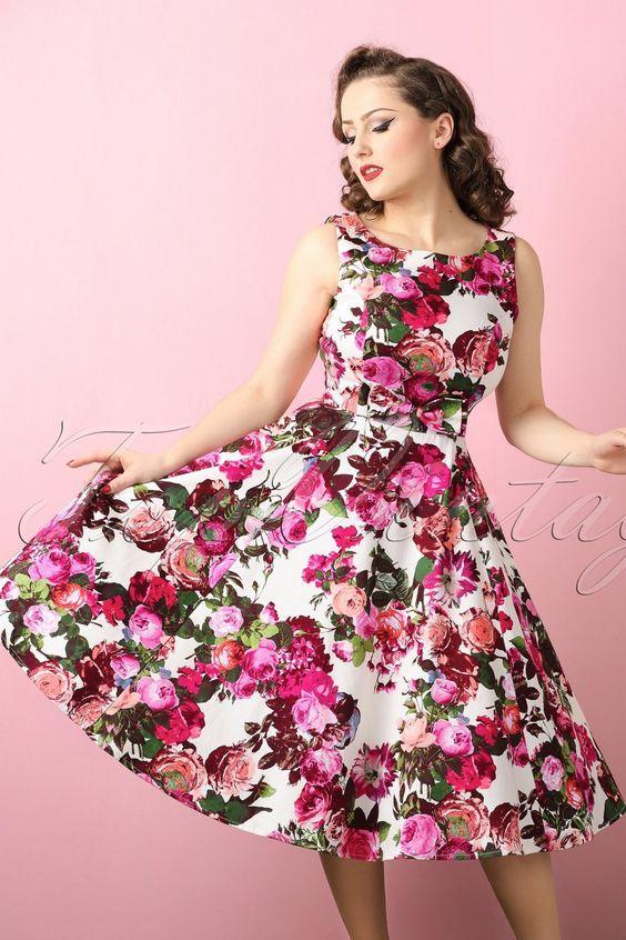Deze elegante 50s Audrey Floral Swing Dress is een pareltje om te zien!Mad Men stijl jurkje met een prachtige roze bloemenprint en een schattige vaste strik in de taille, love love love! Niet alleen een pareltje om te zien, maar ook een droom om te dragen dankzij de flatterende, crèmekleurige katoenmix die licht stretcht. Elegantie ten top!   Boot hals Swing rok Blinde rits zijkant Te combineren met een petticoat voor een extra feestelijk effect Ons gorgeous brunette mode...