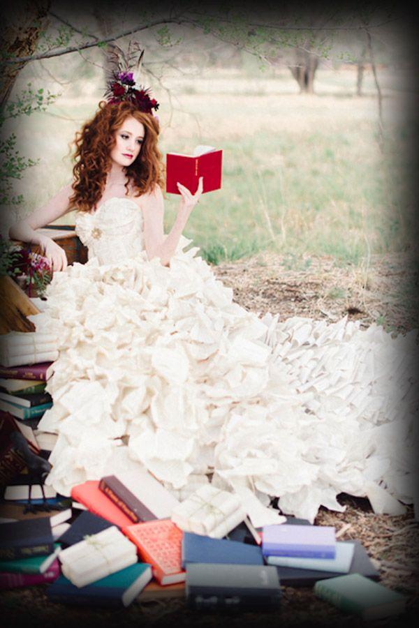 Traje de novia hecho con hojas de libro