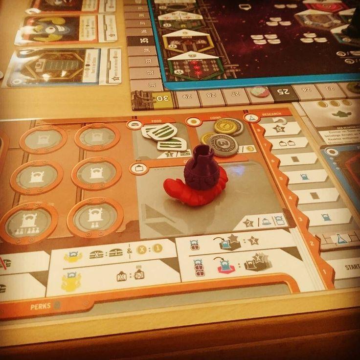 #chimerastation sah sehr gut aus aber hinterließ einen gemischten Eindruck. Mache Ausbauplättchen waren etwas unausgewogen und zu viert gab es Stress beim Splicing-Lab. Zudem ist es anfällig für PA. Kommt aber auf jeden Fall nochmal auf den Tisch. @tastyminstrel #boardgames #boardgame #brettspiel #brettspiele