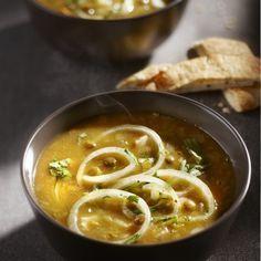 Doe de linzen in een pan met zoveel water dat ze net onder staan. Kook ze circa 10 minuten en giet ze af. Verhit 2 eetlepels olie in een soeppan en fruit hierin de gesnipperde ui met de knoflook. Roer de currypasta erdoor. Voeg de linzen en bouillon toe en kook circa 30 minuten of tot de linzen zacht zijn. Roer tussendoor af en toe. Bak de uienringen in de rest van de olie. Stamp de linzen grof met een pureestamper. Schep de kip door de soep