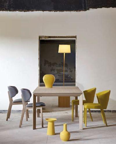Relajación en amarillo La colección de este año de Calligaris que presenta Atelier Casa conforma un ambiente alegre y confortable. En esta foto, la mesa rectangular Omnia Wood y las sillas modelo Amélie y Claire con estructura de madera tapizadas con tela acolchada.