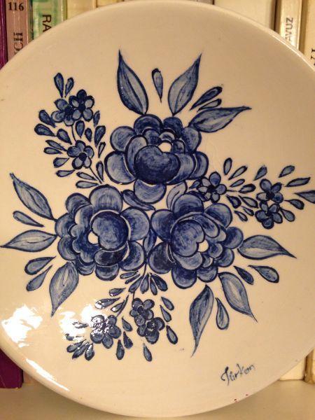 Ini mavi i ekli tabak peinture ceramique pinterest peinture c ramique faience et for Peinture sur faience