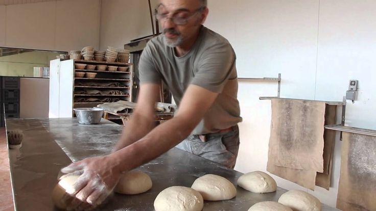 Découvrez la fabrication du pain bio au levain et cuit au four à bois de la ferme de Quinte.