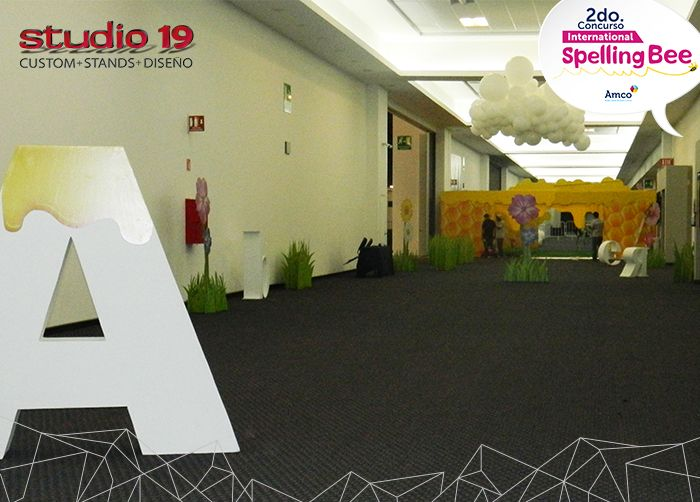 Decoración del vestíbulo 8 de expo Guadalajara con flores, letras y pastos gigantes, para el evento Spelling Bee 2016, organizado por AMCO