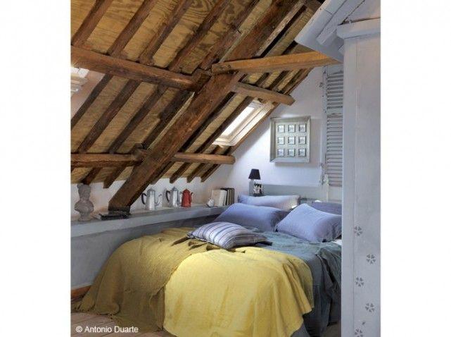 Dans une ancienne ferme, cette petite chambre a été aménagée dans les combles de l'ancienne étable, d'où un effet brut de déco!