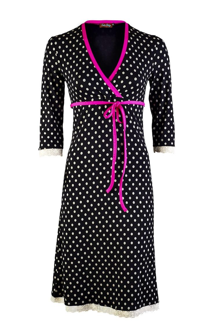 Polkadot overslag jurkje met kant onderaan en onderaan de  driekwart mouwtjes.Afgezet met roze tricot en roze bindceintuurtje voor extra slank effect.     95%viscose 5% elasthan  binnenstebuiten wassen met een fijnwasmiddel op 30 graden, niet in de droger.