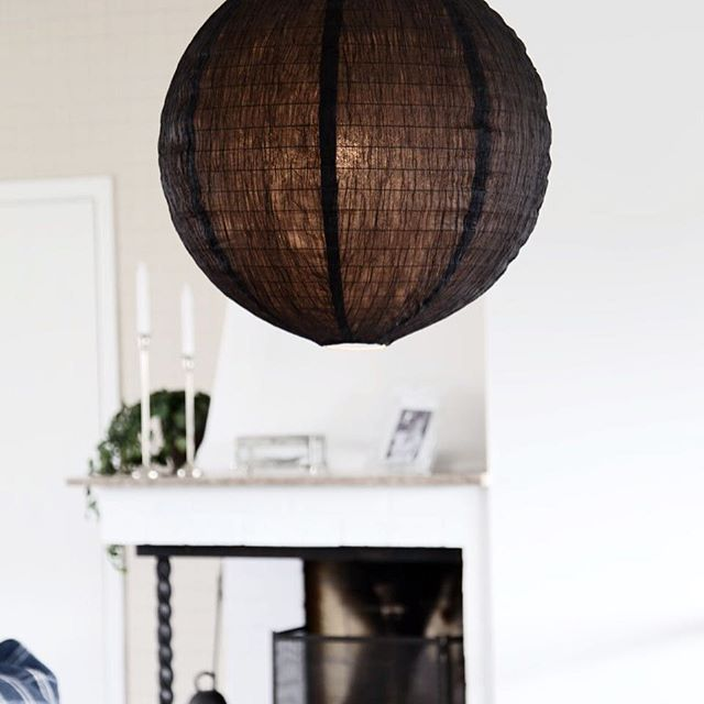Paper hanging lamp in Black Fold shade - By Rydens  #byrydens #foldshade #interior #interiorinspiration #interiorinspo #homeinterior #homedesign #blackandwhite #whiteinterior #scandinaviandesign #scandinavianinterior #lighting #lightingdesign #luminaire #valaisin #sisustus #interiorstyling