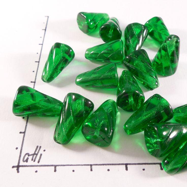 Zelené homole 15 x 10 mm 8 ks Sytě zelené homole, velikost 15 x 10 mm Barva sytě zelená Cena za 8 kusů