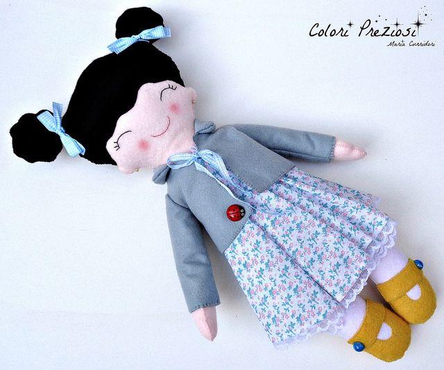 Sweet felt doll for Emma. www.coloripreziosi.blogspot.com #feltroepannolenci #coloripreziosi #handmadedoll #doll #handmade