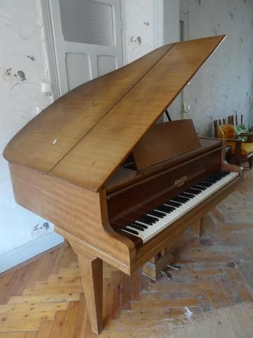 piano crapaud Pleyel (le piano se trouve au 1er étage)