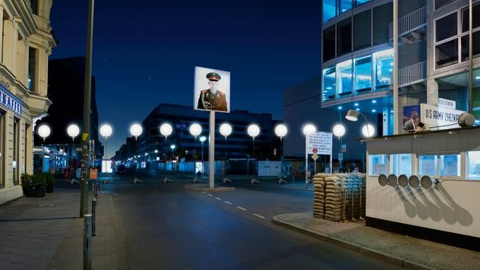 Visualization of the LICHTGRENZE at Checkpoint Charlie © Kulturprojekte Berlin_WHITEvoid / Christopher Bauder. Photograph © Daniel Büche. Click above to see larger image.