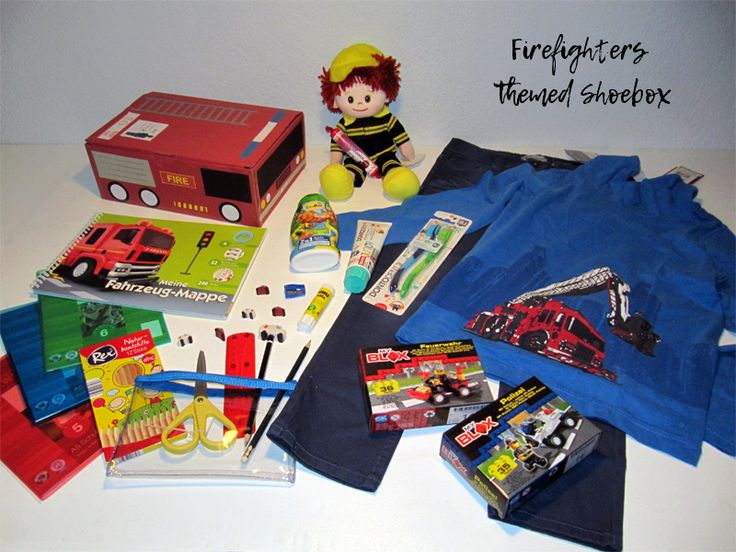 Firefighters themed shoebox for a 5-8 year old boy. // Whenever I pack small cars like the building block cars in this box, I try to pack at least two, so that he can have car races with a friend. // humedica: Geschenk mit Herz