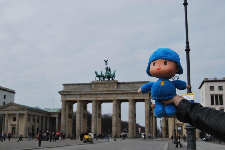¿Sabes dónde está nuestro amigo #Pocoyo? Está en el centro de la capital de #Alemania, ¡#Berlín! Y justo detrás de él, la puerta de Brandenburgo #PocoyoAroundTheWorld #PocoyoPorElMundo #Travel