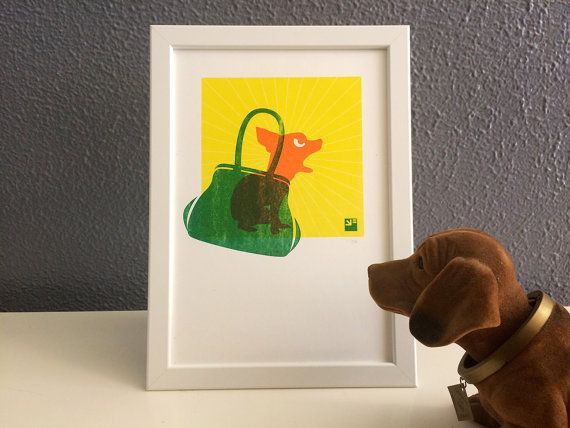 Riso print van een chihuahua in een groene handtas  door VrijFormaat