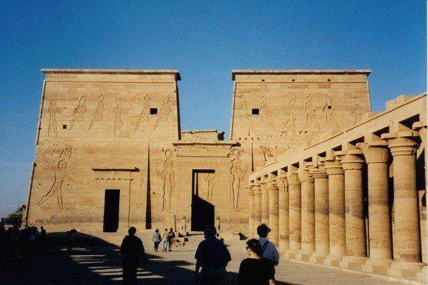 Древние египтяне были одними из самых религиозных народов, когда-либо живших на нашей планете. Их знания были лишь каплей в море того, что сегодня известно человечеству, поэтому они боялись многих вещей и верили в сверхъестественные силы. Эта вера и породила огромное множество древнеегипетских богов.