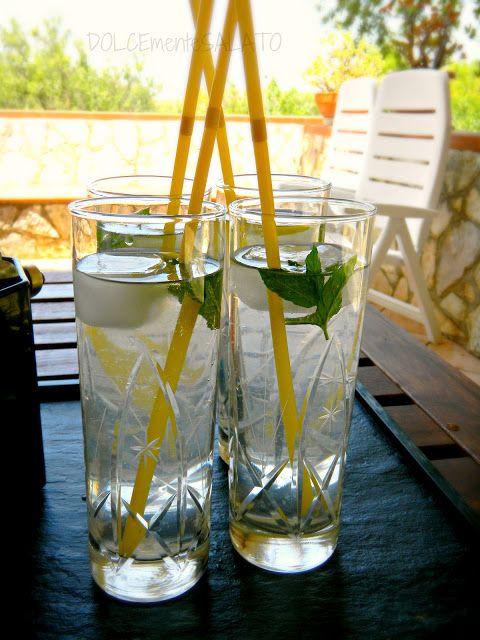 DOLCEmente SALATO: 8. SUCCHI e FRUTTA Cubetti di ghiaccio al limone per una fresca limonata  Ingredienti:  Per i cubetti di ghiaccio al limone: 1 limone Acqua   Per la limonata: 1 litro di acqua fredda 2-3 cucchiai di zucchero 2 limoni Foglioline di menta  Procedimento:  Per i cubetti: lavare e tagliare a fettine sottili un limone. Ricavare 4 parti da ogni fettina. Adagiare ognuna su uno stampo per ghiaccio, riempire d'acqua e lasciar congelare in freezer.  Per la limonata: spremere i…