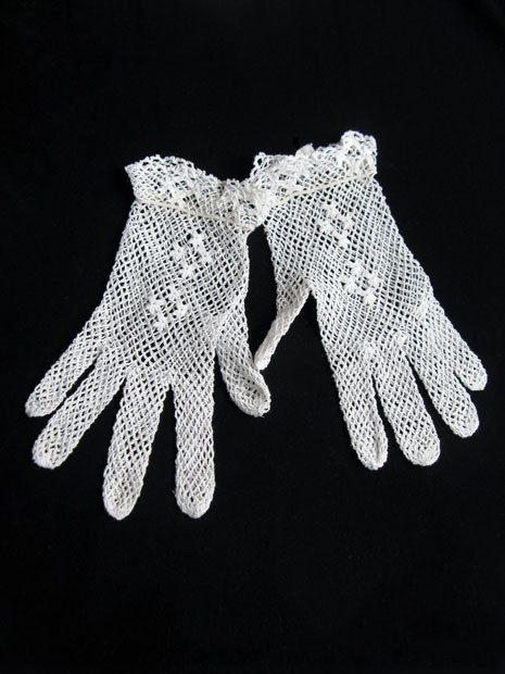 Vintage 1960s white lace crochet gloves