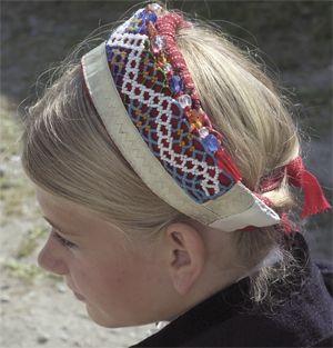 <br><i>Pannebora var jentenes hovudplagg til stasbruk</i>