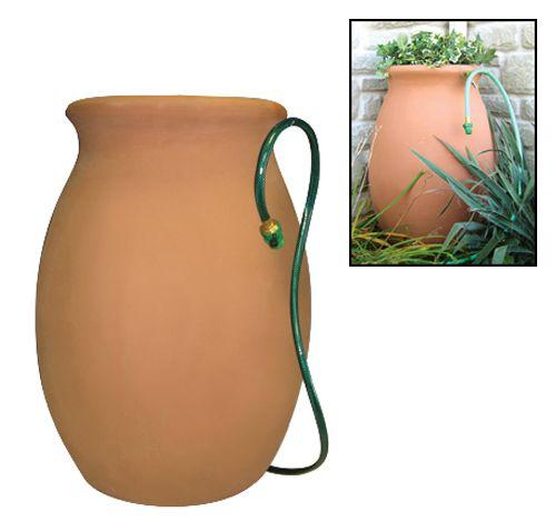 BARIL A PLUIE DECORATIF | Code BMR : 010-6988 Le baril à pluie décoratif est une solution facile à la conservation de l'eau. Il est muni d'un cache-pot, d'un moustiquaire, d'un boyau d'arrosage avec buse obturable, d'un crochet pour maintenir le boyau et d'un trop-plein. Fait de polyéthylène.