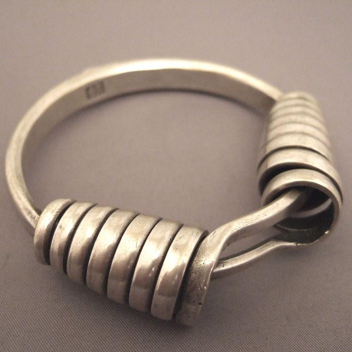 """#jewelry bracelet provient de la région des """"Gejia"""" et est typique des"""