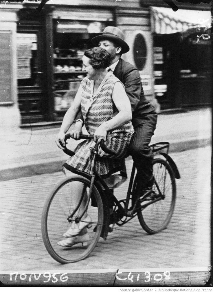 Les plaisirs de la bécane : [à classer à bicyclette] : [photographie de presse] / Agence Mondial | Gallica