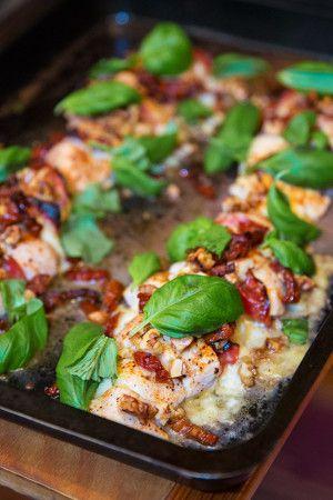 Kyckling i ugn med mozzarella, valnötter och salami