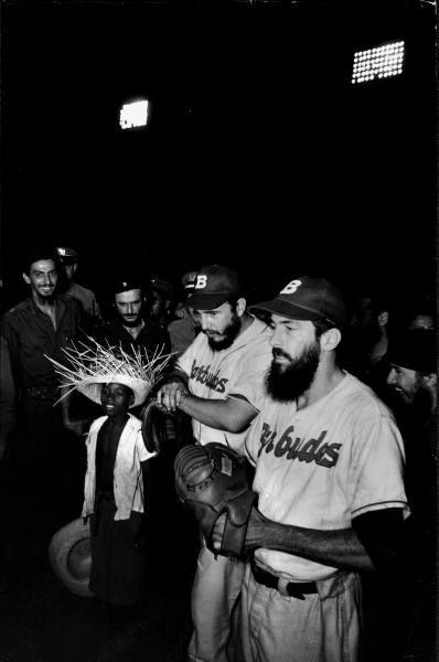 """Fidel Castro y Camilo Cienfuegos con el equipo de """"Los Barbudos"""", formado por guerrilleros del Movimiento 26 de Julio. La Habana, 1959. El 24 de julio de 1959, se organizó un partido de exhibición entre Los Barbudos y la Policía Nacional de Cuba, antes de un juego entre los Sugar Kings y los Red Wings de Rochester. Fidel y Camilo formaron parte lógicamente del equipo de Los Barbudos. Sobre lo que fue aquel partido y su historia, puede leer el artículo de Pedro de La Hoz en La Jiribilla…"""