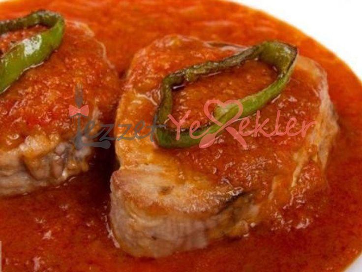 Fırında Soslu Ton Balığı http://www.lezzetyemekler.com/recipe/firinda-soslu-ton-baligi-2/ Malzemeler 200 gr tonbalığı 6 yemek kaşığı sade yoğurt 1/4 adet irice dilimlenmiş elma 1 yemek kaşığı limon suyu 1 yemek kaşığı bal 1 çay kaşığı soya ya da tamari sosu 1/2 çay kaşığı hardal 4 yemek kaşığı rendelenmiş peynir 1 bardak pişmiş esmer pirinç 2 adet yumurtanın akı