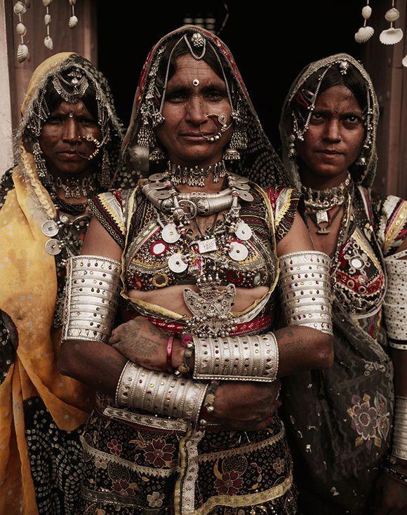インドの「ラバリ族」です。見ていただけたら分かるように刺繍や装飾がされた民族衣装が素晴らしいです。「ラバリ族」の刺繍はヨーロッパにも渡ることがあり、その芸術が広く知れ渡っています。肌を見ると入れ墨がありますね。とても美意識の高い民族なのかもしれません。