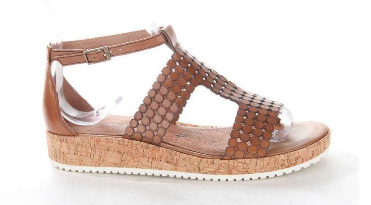 Deze moderne damessandaal van Tamaris heeft een plateauzool dat is gemaakt van kurk. #sandal #kurk #tamaris #brown