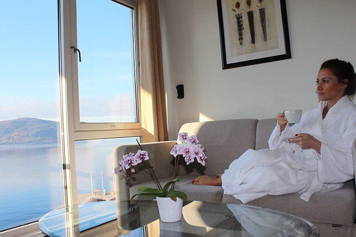 VELKOMMEN TIL HJELMELAND SPA-HOTELL  Hva betyr velvære for deg?  Et avslappende spaopphold eller et smaksrikt måltid med noe godt i glasset? Kanskje er svaret en naturopplevelse utenom det vanlige eller en fisketur i solnedgangen? Hos oss finner du svaret på