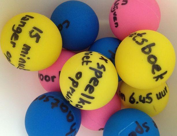 ping pong balletjes met beloningsideeën in een grabbelbak