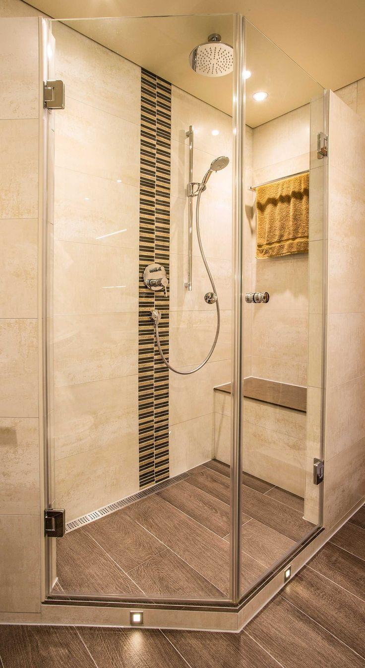 dusche mit regenduschkopf sitzm glichkeit und boden in. Black Bedroom Furniture Sets. Home Design Ideas