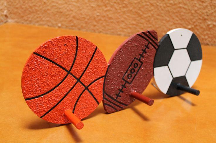 Este perchero de MDF está pintado 100% a mano. Cada figura cuenta con relieve. La pintura agrega una textura adicional para el balón de basquetbol y de futbol americano. El balón de futbol soccer cuenta con textura lisa para simular un balón real.  Medidas: 42.9cm de largo X 15.9cm de alto X .9cm de profundidad. Cada punto de colgado mide 6cm de largo.  www.patart.com.mx