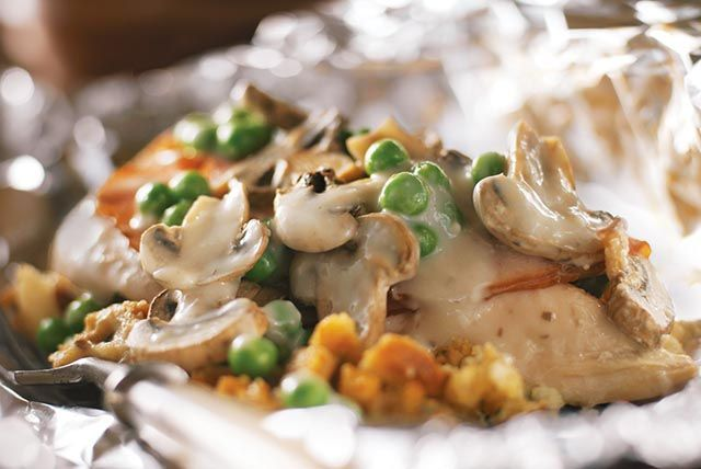 Faites cuire des repas de poulet individuels dans des papillotes de papier d'aluminium pour faciliter le nettoyage!