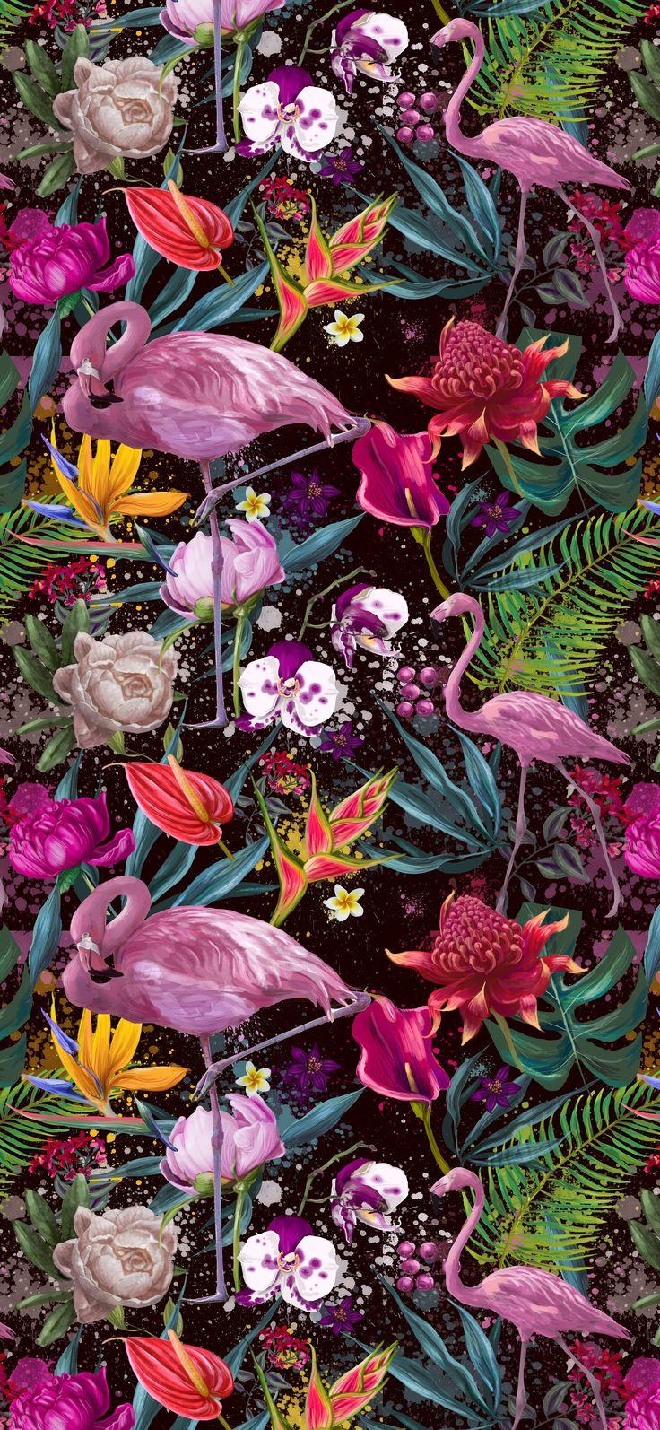 Tapeta na ścianę z modnymi motywami tropikalnymi: egzotyczne kwiaty, liście monstery i kolorowe flamingi. Oto pomysł na niezapomnianą dekorację do salonu!
