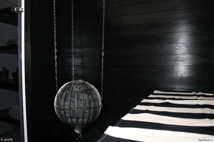 """Jäsenen """"JenniK"""" mustassa saunassa on moderni roikkuva kiuas. #styleroom #sauna #musta #mustavalkoinen #inspiroivakoti"""