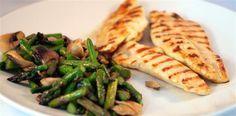 Pechugas de pollo a la parrilla con champiñones y espárragos verdes Receta de cocina facil sana y original La encimera azul