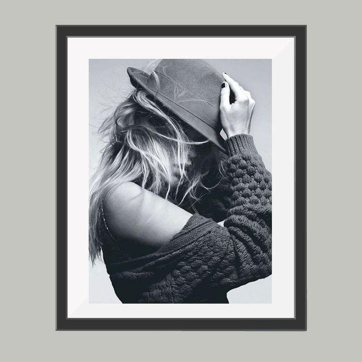 Model met hoed poster, leuke poster om bijvoorbeeld op te hangen in de woonkamer. Goedkoop de leukste posters in verschillende materialen en materialen.