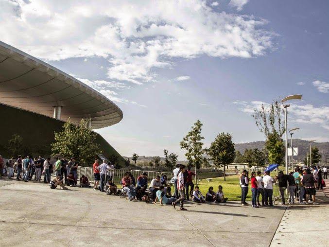 AGOTADOS LOS BOLETOS PARA LA SEMIFINAL CHIVAS-SANTOS Confirman boletos agotados para el partido de vuelta de semifinales. Revendedores ganan más del cien por ciento del costo de cada entrada. Chivas se presentará ante el Santos Laguna el domingo a las 19:00 horas.