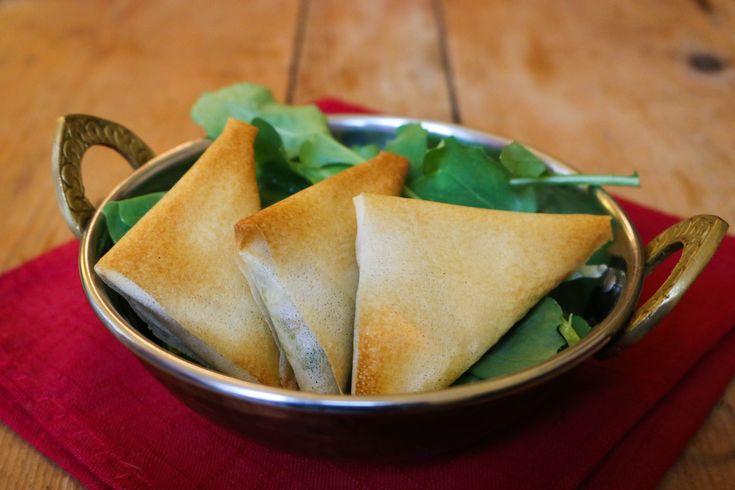 J'adore la nourriture indienne. Quand je suis devenue végétarienne, c'est vite devenu une valeur refuge lors des sorties au resto : il y a TOU-JOURS des plats végés dans les restos indiens! Et les samossas aux légumes font parties des entrées que j'affectionne particulièrement. Mais, je dois l'avouer, j'étais complexée du samossas. J'avais l'impression qu'il fallait un Master II en technique de pliage pour y arriver, donc, je n'ai jamais osé me lancer… Et puis, l'autre jour, en voulant…