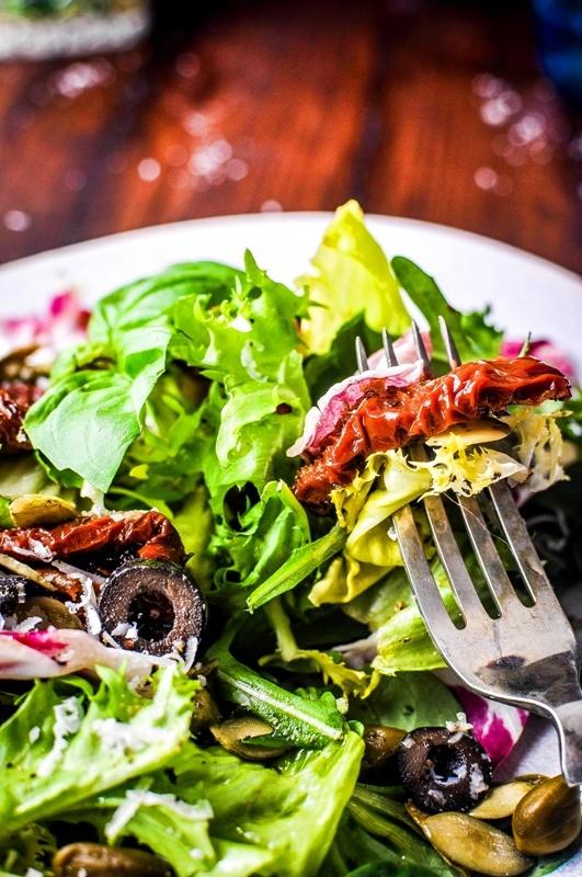 Pyszne Kadry: Sałatka z oliwkami, kaparami i suszonymi pomidorami