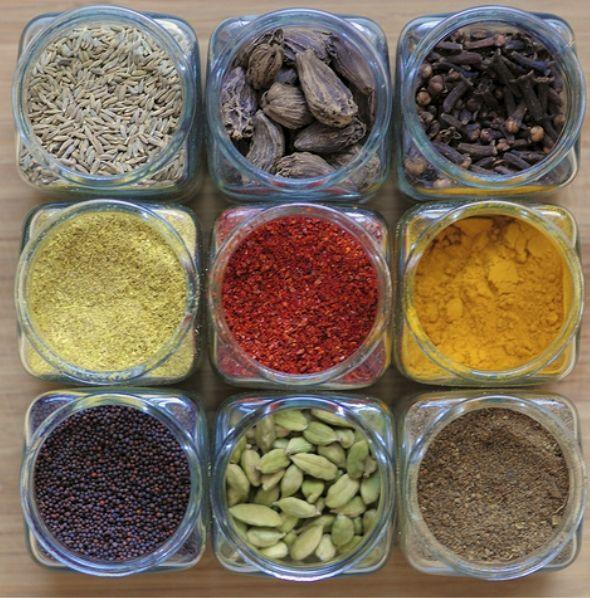 Anis estrelado: Doce e aromático o anis estrelado dá um toque de alcaçuz aos currys e ao Garam Masala. Muitas vezes é encontrado nas receitas indianas de carnes e aves.  Canela: Deliciosa quando combinada com leite de coco, frutas, sobremesa e diversas bebidas, a canela também é usada para dar sabor eindian02aroma aos pratos de carne, arroz e chutneys. A canela é o ingrediente chave na famosa mistura de especiarias indiana Garam Masala.  Cardamomo: O cardamomo é aromático e delicioso, e é…