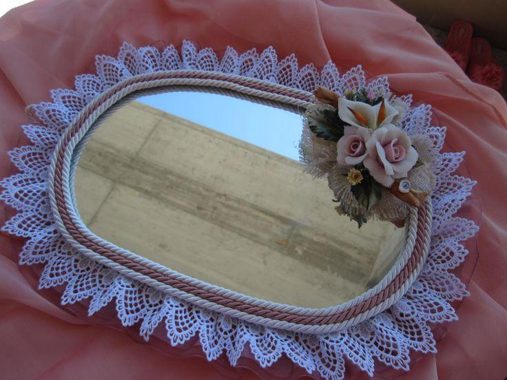 Specchio artigianale con raso,pizzo macrame' e decorazione