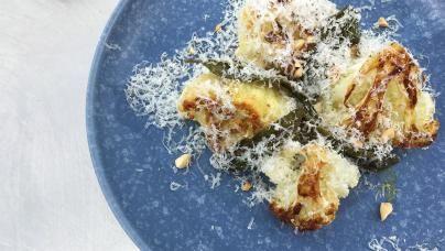 Stegt blomkål med parmesan på blå tallerken
