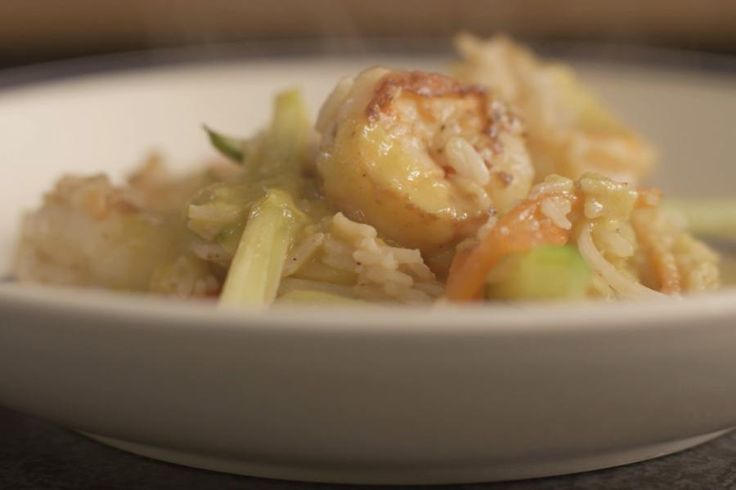 Jeroen laat zien hoe je lekkere scampi bakt met rijst en fijne groenten. Daar hoort een currysaus bij met heel veel smaak in. Het klinkt misschien gek, maar met o.a. verse appel en kokosmelk krijg je een heel smakelijk resultaat