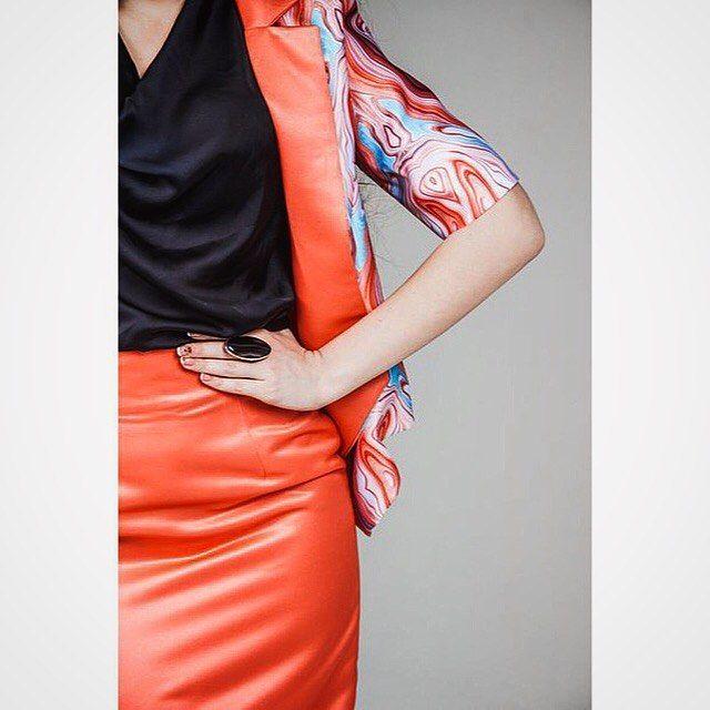 Дизайн ткани разработан и вдохновлён природой и фактурой мрамора!срез породы мрамора,перенесённый на ткань а потом в изделие!!Яркий костюм ,состоящий из однотонной юбки карандаш и принтованного пиджака на однотонной подкладке и отложным воротником в тон юбки!Model: @frolona Designer: @u.shinderuk Photo:  @leonidleontyev…
