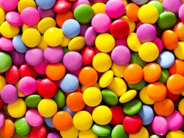 Hoy te retamos aresolver esta adivinanzaque, además de tener muchos dulces, tiene una solución muy complicada.Un profesor tiene 3 cajas de dulces. Cada caja contiene dulces de un color diferente.A cada alumnole dan 5 dulces de dos colores diferentes. Si cada alumno recibe una combinación diferente de colores:¿Cuál es la cantidad más alta posible de alumnos en la clase?...
